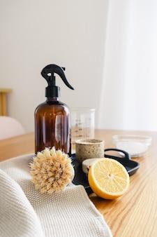 Instruction étape par étape de la recette de détergent de nettoyage domestique non toxique à base de vinaigre, de bicarbonate de soude et de citron. concept de ménage écologique zéro déchet.