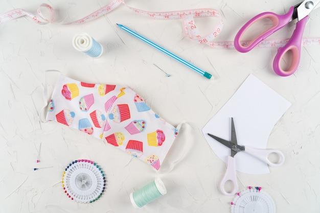Instruction faisant un masque de protection. créez un masque de couture, des instructions étape par étape.