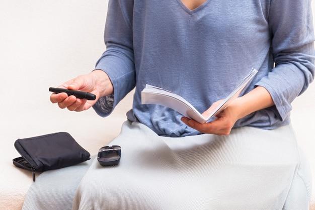 Instruction de reeding femme comment utiliser le détecteur de glucose dans le sang