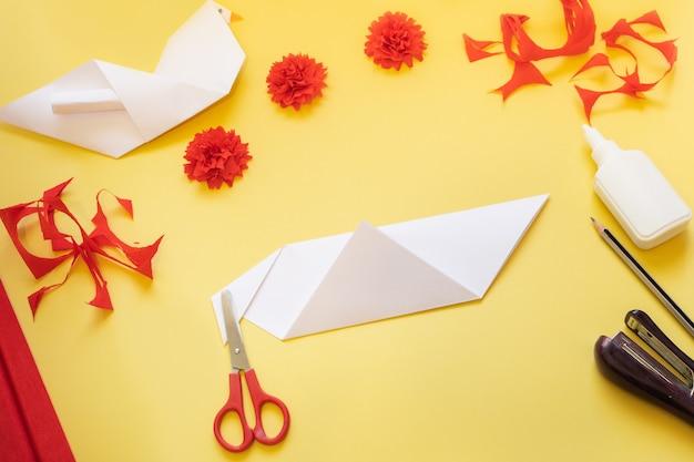 Instructions de bricolage. comment faire une carte avec des fleurs d'oeillets et une colombe en origami à la maison.
