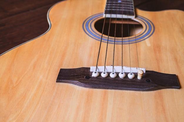 Instrument de guitare acoustique sur la table