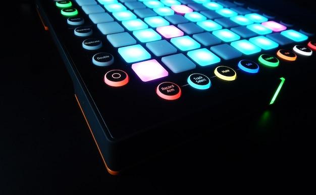 Instrument de musique électronique ou mixeur audio ou égaliseur sonore (synthétiseur modulaire analogique)
