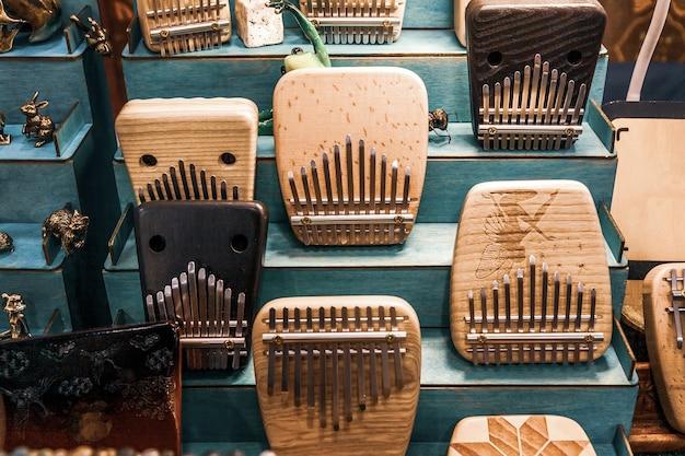 Instrument de musique kalimba ou mbira sur stand d'exposition et vente d'instruments folkloriques faits à la main. méthodes et techniques de relaxation à travers la musique anti-stress, les sons de guérison.