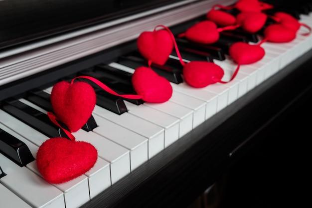 Instrument de musique piano avec guirlande de décoration de cœur concept love