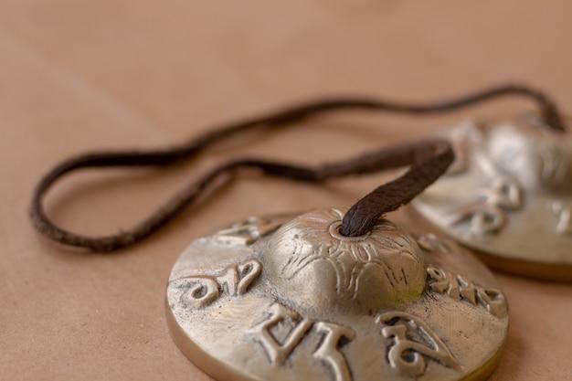 Instrument de percussion musical ancien en métal tingsha