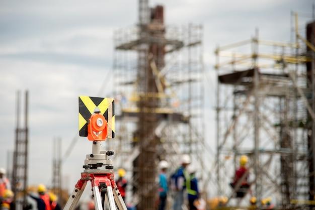 Instrument de sondage mis sur un trépied dans le chantier de construction