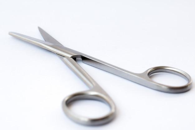 Instruments chirurgicaux et outils incluant pinces et brucelles fond blanc