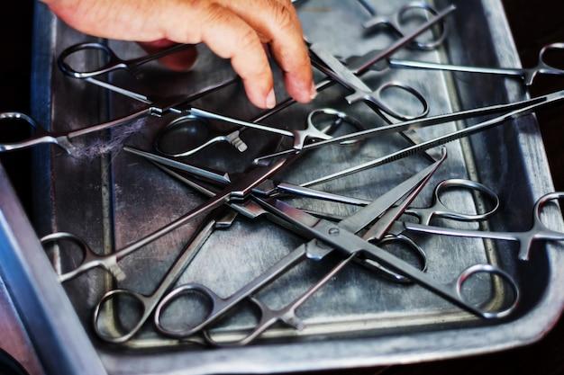 Instruments chirurgicaux stérilisés sur plateau en acier inoxydable