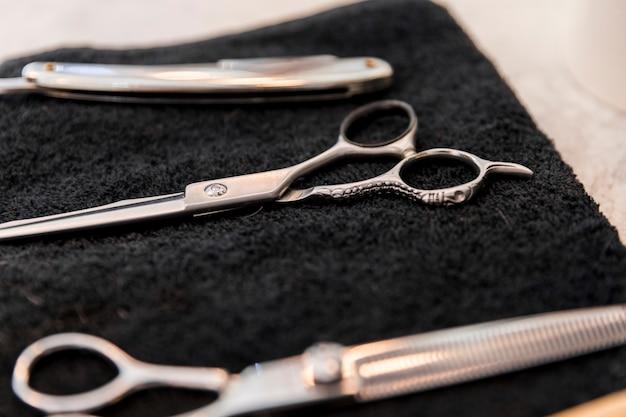 Instruments de coiffeur sur une serviette noire