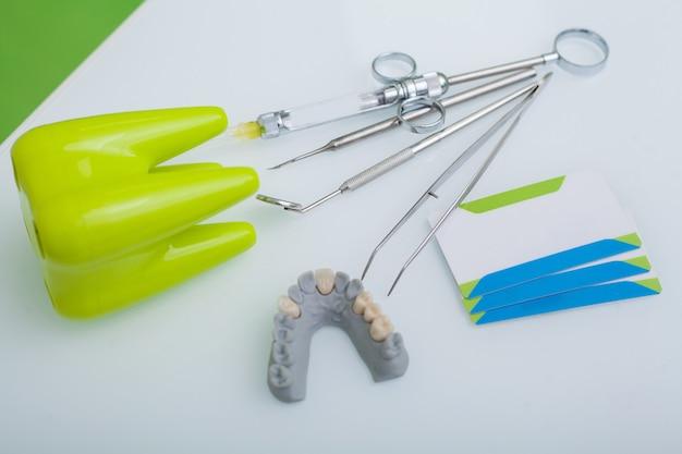 Instruments dentaires médicaux et cartes de visite