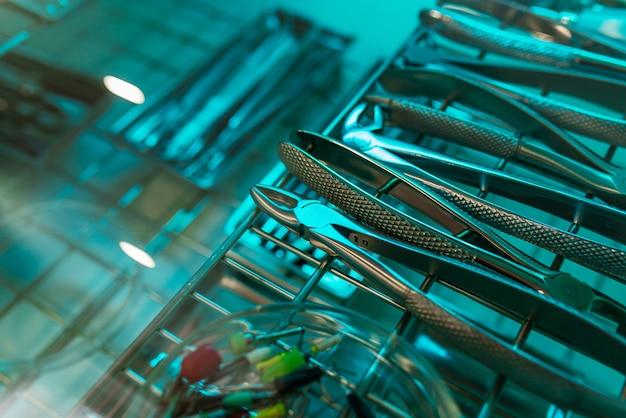 Instruments dentaires pour la désinfection. le concept de traitement approprié.