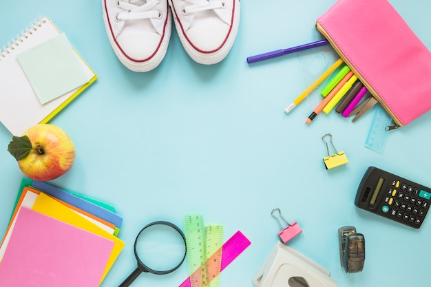 Instruments d'écriture et chaussures de sport en cercle