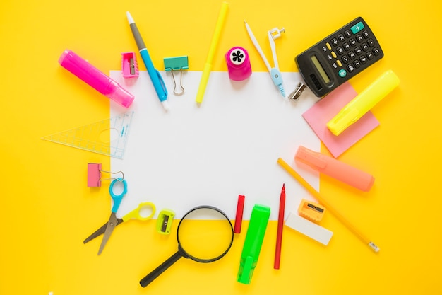 Instruments d'écriture sur une feuille de papier