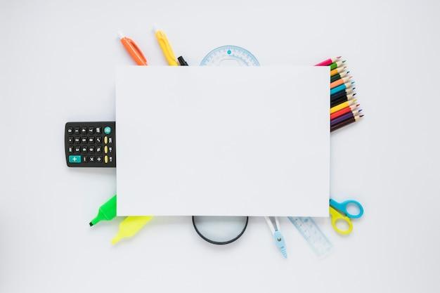Instruments d'écriture posés sous la feuille de papier