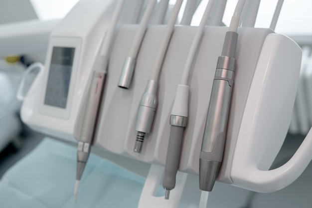 Instruments modernes d'un dentiste dans son bureau.