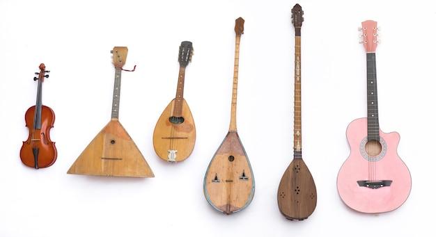 Instruments de musique asiatiques à cordes sur fond blanc
