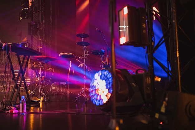 Instruments de musique sur scène à la lumière du néon et de la lumière théâtrale avant le concert