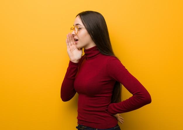 Intellectuelle jeune femme chuchotant des ragots