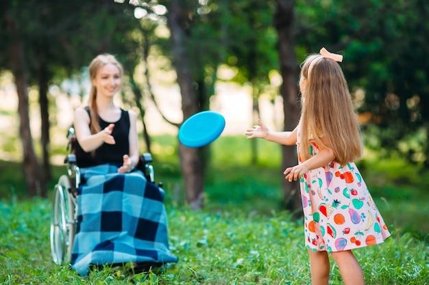 Interaction d'une personne en bonne santé avec une personne handicapée