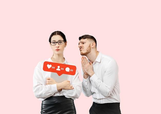 Interactions avec les médias sociaux sur téléphone mobile internet marketing numérique chatter commenter aimer