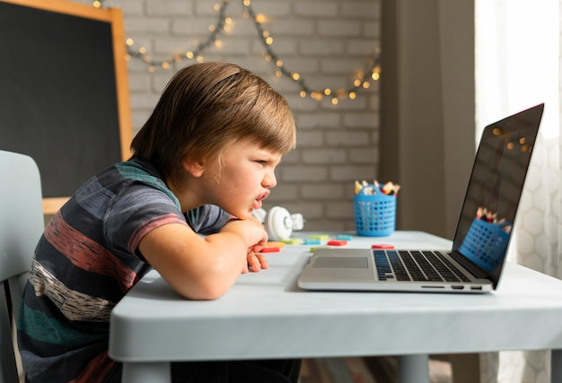 Interactions scolaires en ligne sur le côté