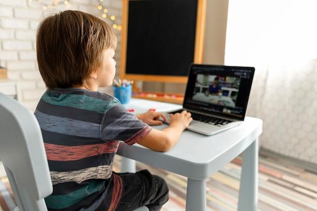 Interactions scolaires en ligne par-dessus l'épaule