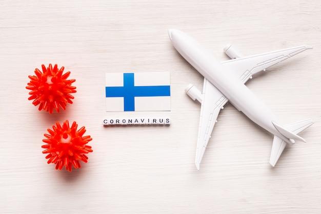 Interdiction de vol et fermeture des frontières pour les touristes et les voyageurs atteints de coronavirus covid-19. avion et drapeau de la finlande sur fond blanc. pandémie de coronavirus.