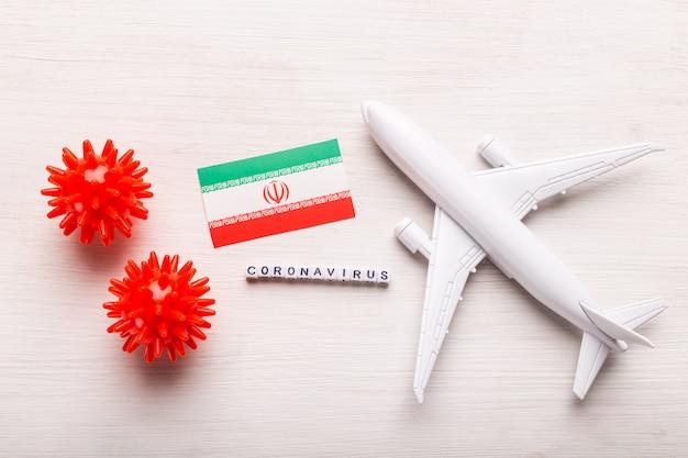 Interdiction de vol et fermeture des frontières pour les touristes et les voyageurs atteints de coronavirus covid-19. avion et drapeau de l'iran sur fond blanc. pandémie de coronavirus.