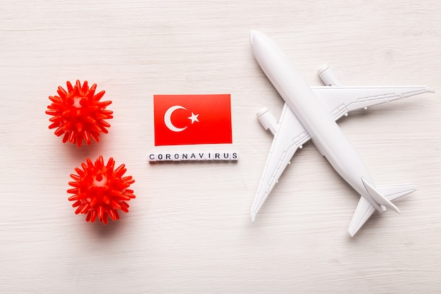 Interdiction de vol et fermeture des frontières pour les touristes et les voyageurs atteints de coronavirus covid-19. avion et drapeau de la turquie sur fond blanc. pandémie de coronavirus.