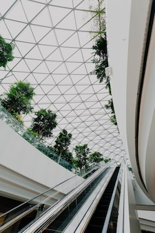 Intérieur d'un aéroport avec des escaliers
