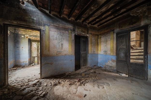 Intérieur d'un ancien manoir abandonné et ruiné
