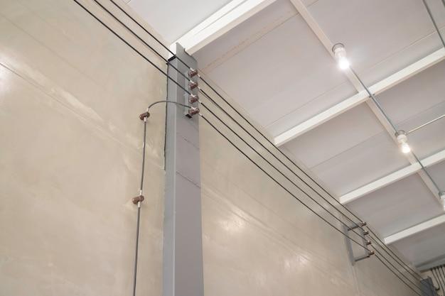 Intérieur d'appartement contemporain avec mur gris