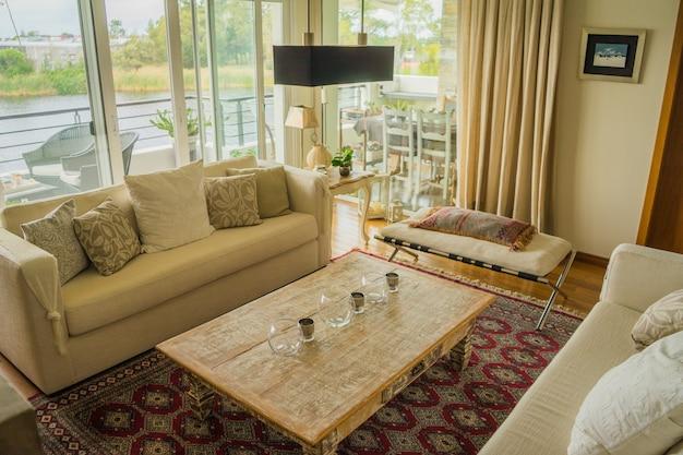 Intérieur d'un appartement moderne décoré confortablement avec d'immenses fenêtres