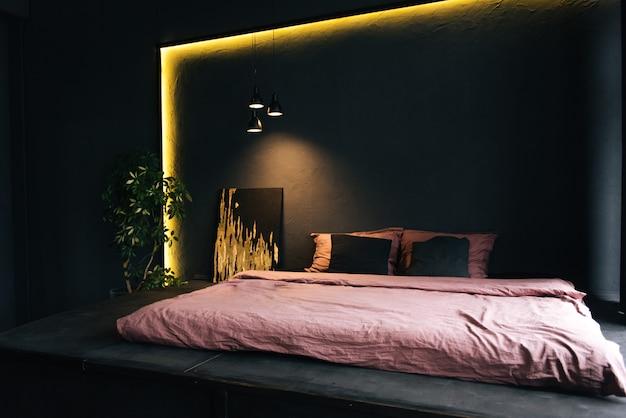 L'intérieur d'un appartement moderne en noir avec éclairage jaune. belle décoration intérieure