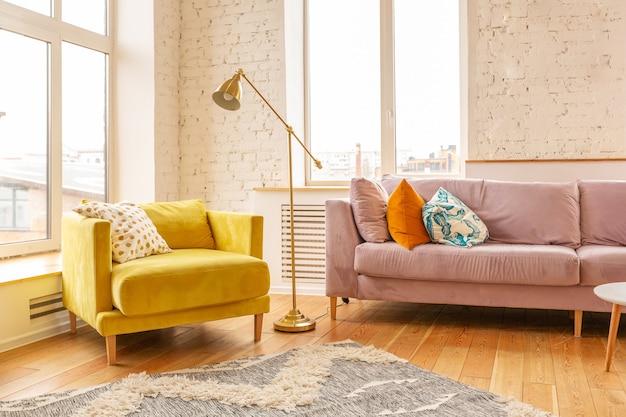Intérieur d'appartement de style scandinave. couleurs chaudes jaune vif. parquet en bois. la lumière du soleil dans les grandes fenêtres.