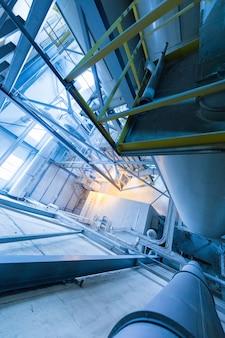Intérieur d'atelier d'usine et machines sur la production de verre