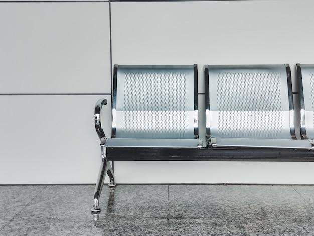 Intérieur de banc moderne. banc vide à l'aéroport et hall d'exposition. objets d'intérieur.