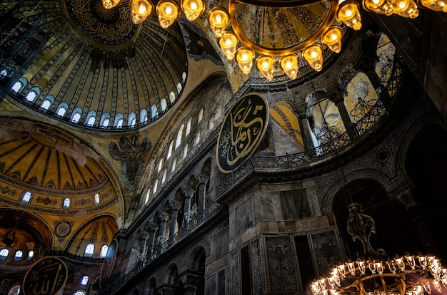 Intérieur de la basilique sainte-sophie (ayasofya) à istanbul, en turquie - fragment architectural.