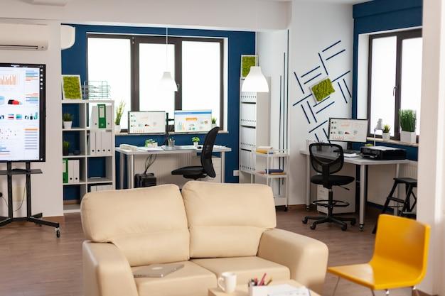 Intérieur d'un bureau de création vide avec une lumière sombre, une nouvelle entreprise, une entreprise en démarrage sans personne dedans