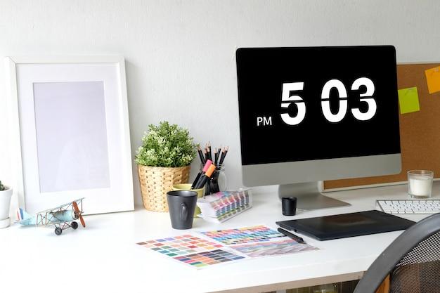 Intérieur de bureau de designer à la maison avec ordinateur moderne dans un loft