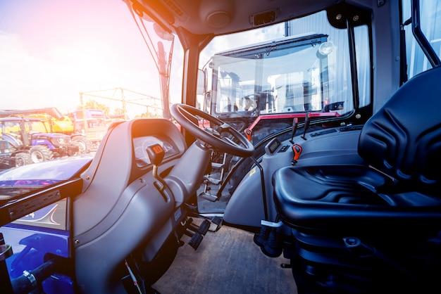 Intérieur de cabine de tracteur moderne. exposition agricole. industriel