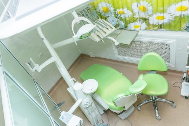 Intérieur de cabinet médical européen lumineux et de luxe. équipement et instruments dentaires dans le cabinet du dentiste. outils gros plan. dentisterie.