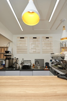 Intérieur de café moderne vide avec comptoir design en bois