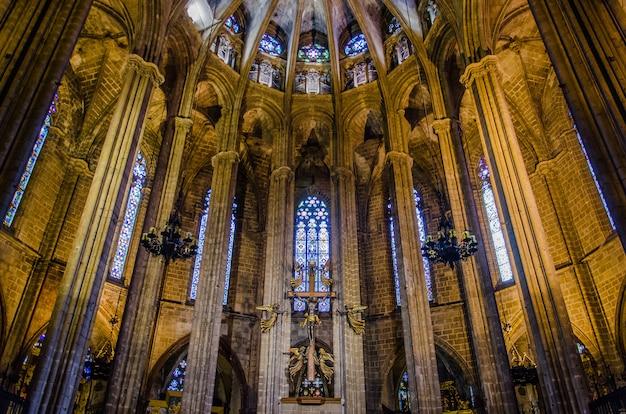 Intérieur de la cathédrale de barcelone dans le quartier gothique.