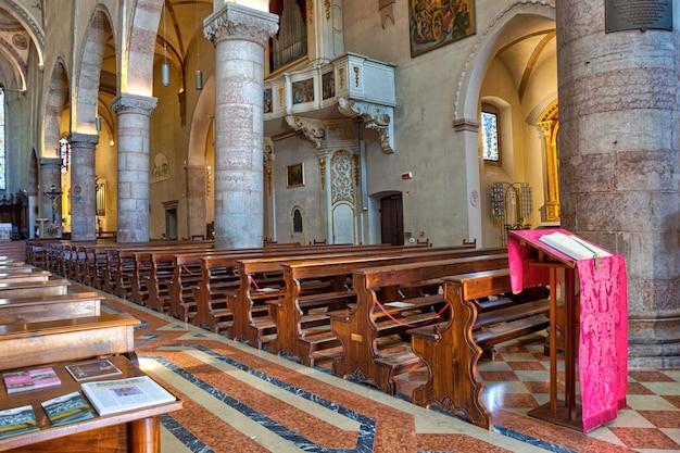 Intérieur de la cathédrale de santa maria assunta à gemona del friuli, italie
