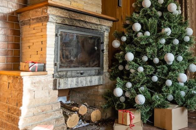Intérieur de chalet en bois avec arbre de noël