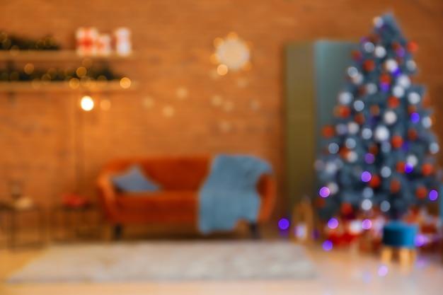 Intérieur de la chambre avec arbre de noël et canapé