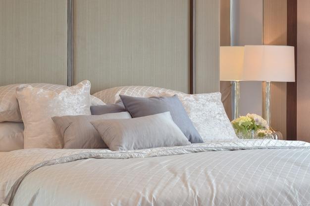 Intérieur de chambre classique avec oreillers et lampe de lecture sur la table de chevet