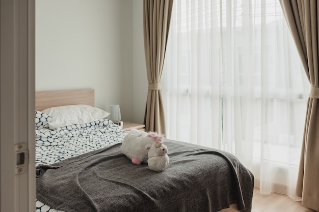 Intérieur de la chambre à coucher en bois avec rideau doux