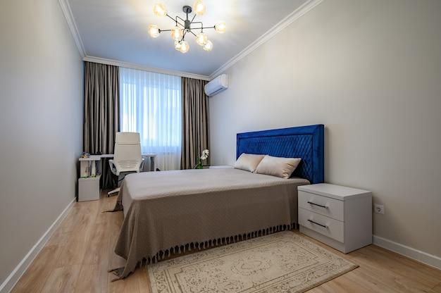 Intérieur De Chambre à Coucher Moderne Beige Avec Lit Double Photo Premium